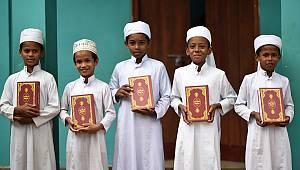 TDV, Sri Lanka'da 5 bin Kur'an-ı Kerim hediye etti