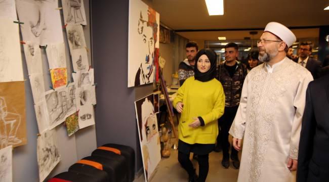 Başkan Erbaş, Gençlik Merkezi'ni ziyaret etti