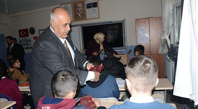 Beytüşşebaplı öğrencilere Kur'an hediye ediliyor