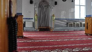Kıblesi ters caminin imamı da ayrıldı