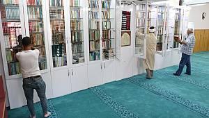 İmamın okuma sevgisi camiyi kütüphane haline getirdi