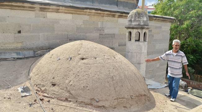 Tarihi caminin kurşunları çalındı.